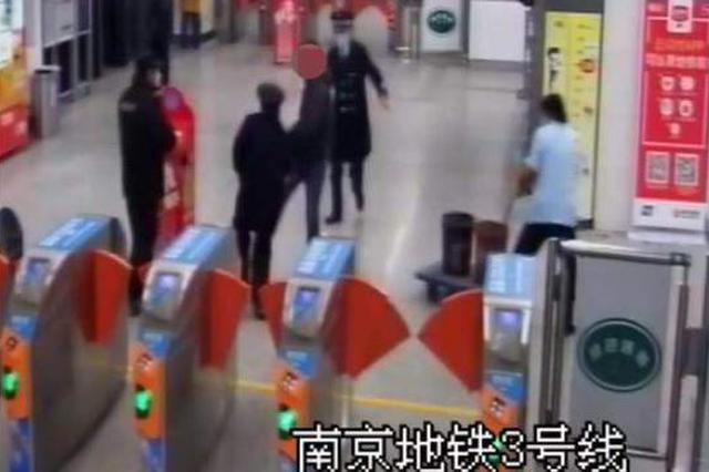 地铁站内强买口罩遭拒 男子怒踢工作人员