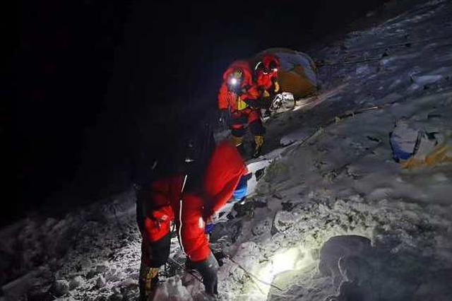 今晨2:10,珠峰高程测量登山队开始冲顶!