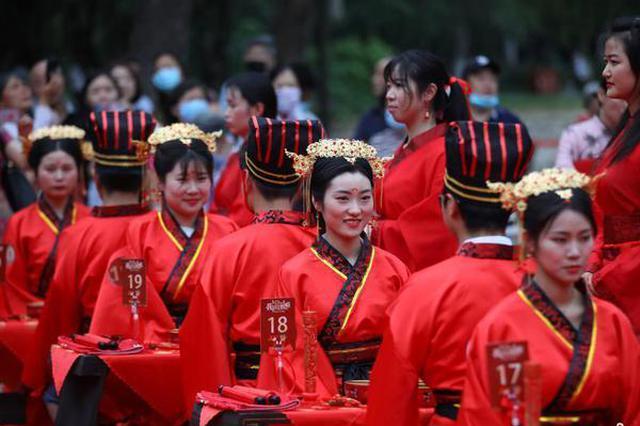 """南京20对战""""疫""""新人举行汉服婚礼"""