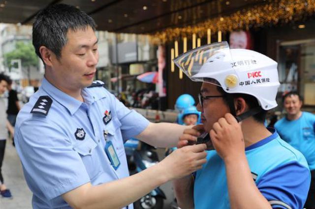 """""""头盔自由"""" 常州交警为兼职外卖小哥定制头盔免费送"""