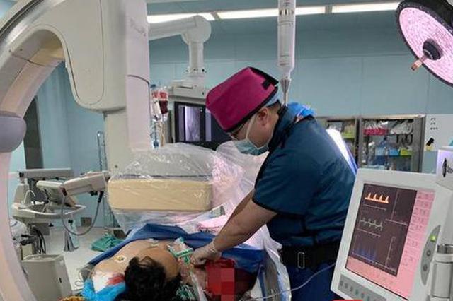 男子切芒果中刀伤了动脉 医生不顾辐射救下濒死患者!