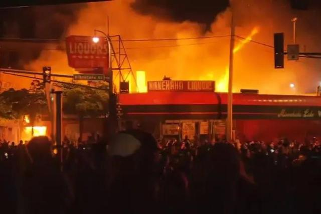 美国超30城爆发抗议 五角大楼下令军警进入警戒状态