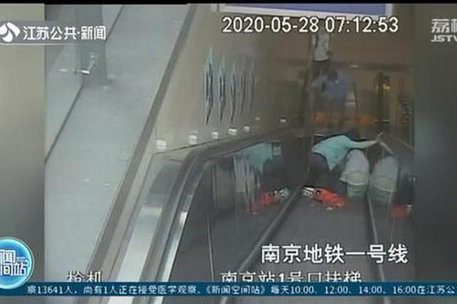 危险!电扶梯上千万别依靠侧面裙板 容易使人摔倒