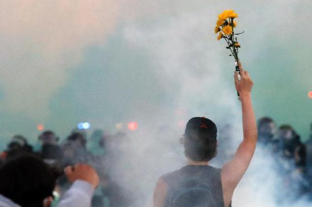 美国街头示威燃及数十城 城市混乱如战场