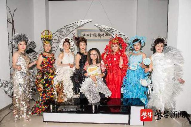 """世界环境日 """"环保大使""""展示垃圾材料制作的时装"""