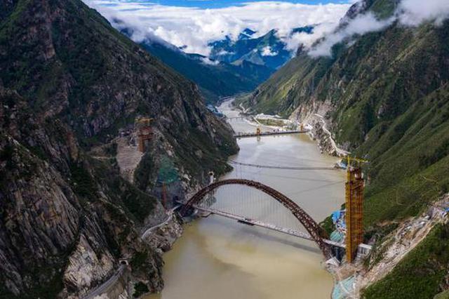 川藏铁路拉林段 重点标志性工程藏木特大桥合龙