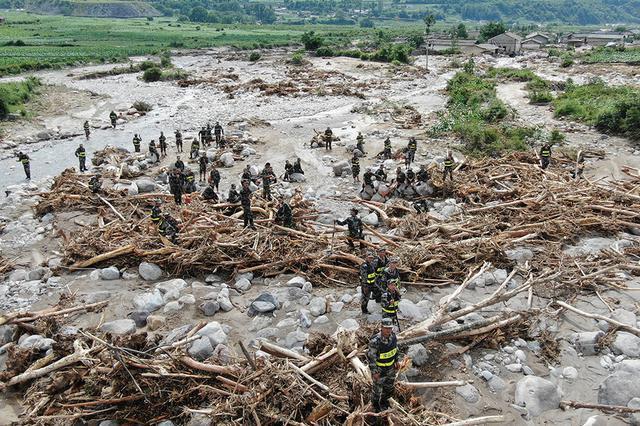 四川凉山冕宁县特大暴雨 森林消防抗前往抗洪救灾