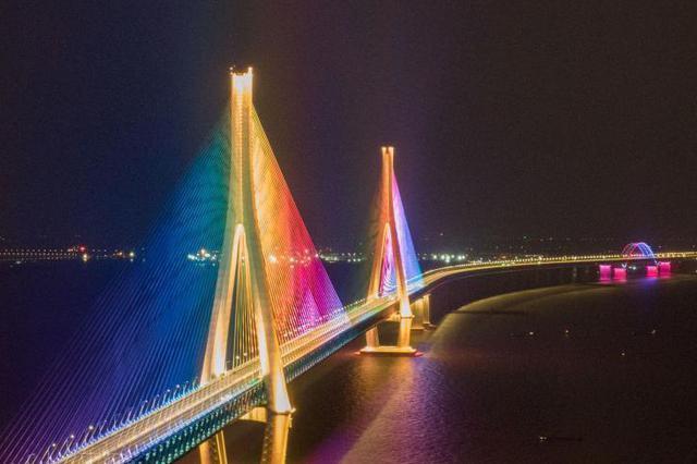 沪苏通大桥C位出道成网红桥 开通次日车流量超过3万