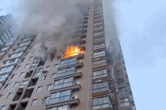 贵州一居民楼起火 11名快递小哥冲进火场救援