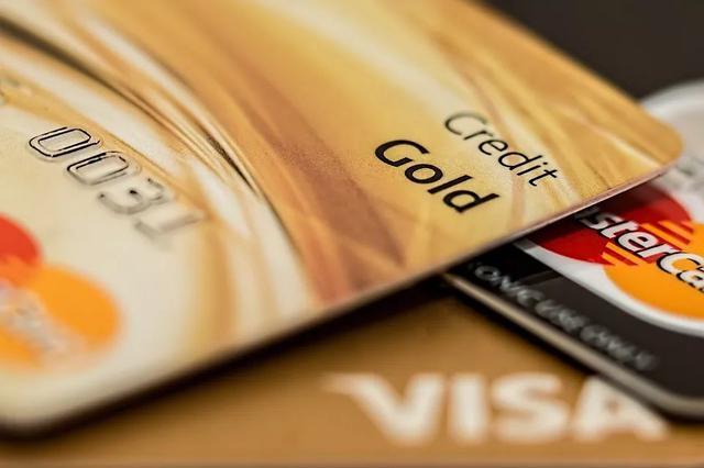 """找人代办信用卡被骗,先交9万元""""手续费""""再被透支32万"""