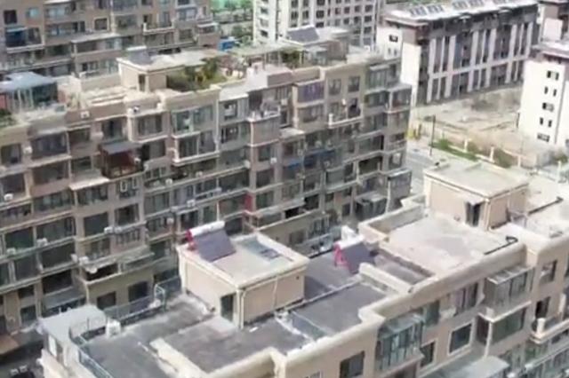 连云港一小区顶楼违建难拆除 一查竟有42户是公职人员