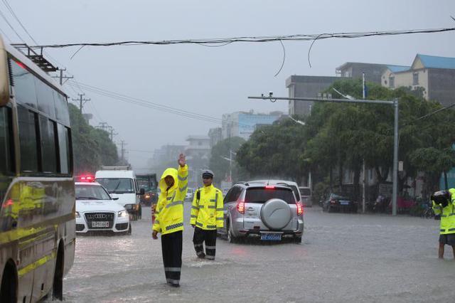 南方新一轮强降雨与前期降水落区叠加 需防次生灾害