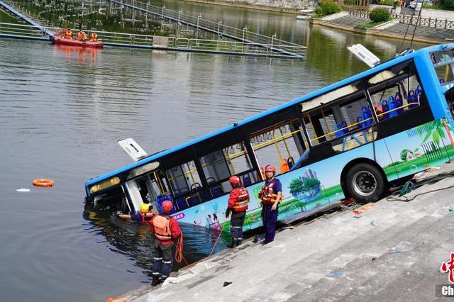 贵州坠湖公交有12名学生其中5人遇难 司机也身亡