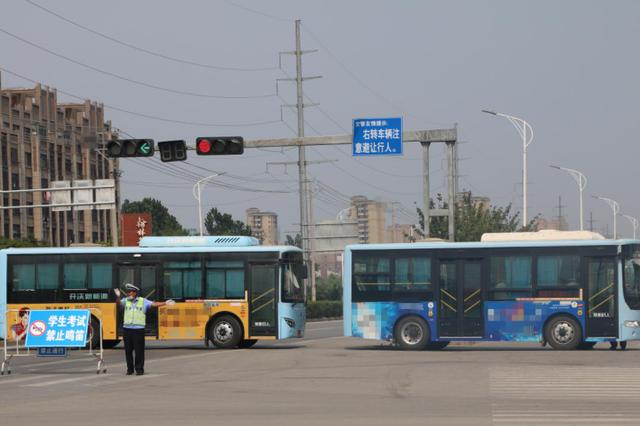 霸气!徐州27台公交车横停马路助力英语高考