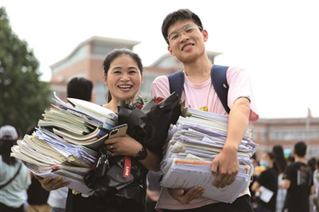江苏省近35万名考生昨天顺利结束高考 —— 放飞 向着新的天际