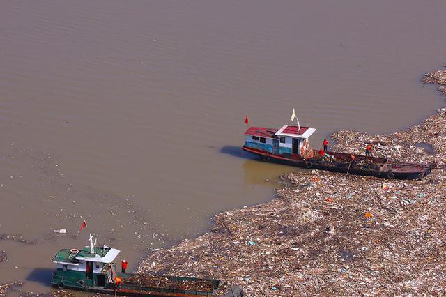 湖北宜昌:三峡大坝库区处理漂浮物