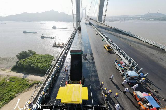连镇铁路过江通道 扬州五峰山长江大桥开始铺设沥青
