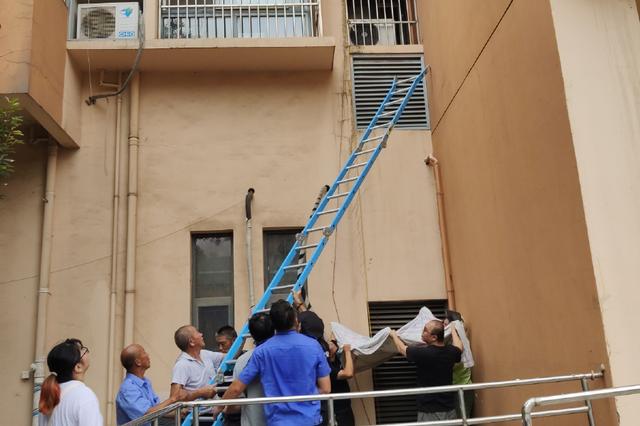 2岁幼童险坠楼 城管破门急救下