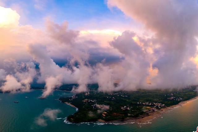 航拍中国最年轻火山岛 云雾缭绕秋色迷人