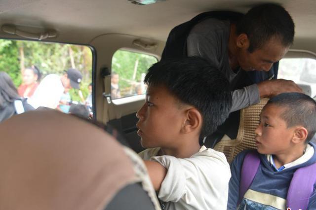 中国最后一个不通公路建制村的孩子们乘坐汽车上学