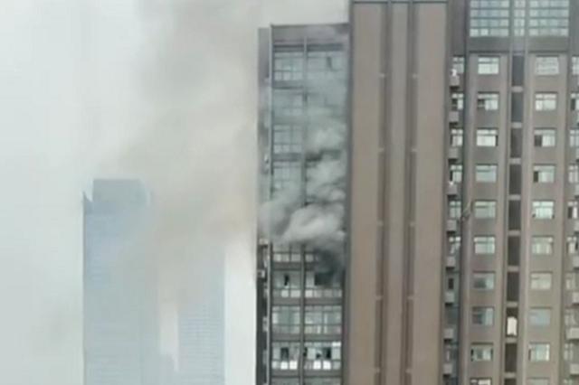 南京中泰国际广场发生火灾 滚滚黑烟从窗口冒出