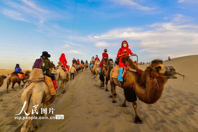 甘肃敦煌:大漠驼铃迎客来