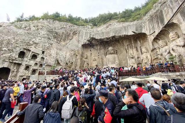 龙门石窟千年佛像被摸出包浆,景区回应:增加安保引导游客