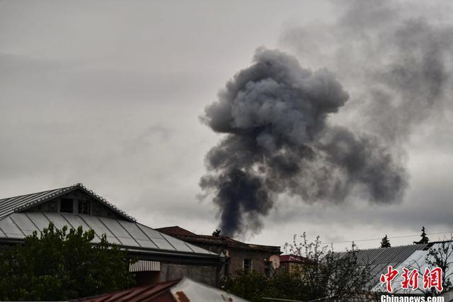 亚阿冲突不断 纳卡地区民房遭袭冒起黑烟