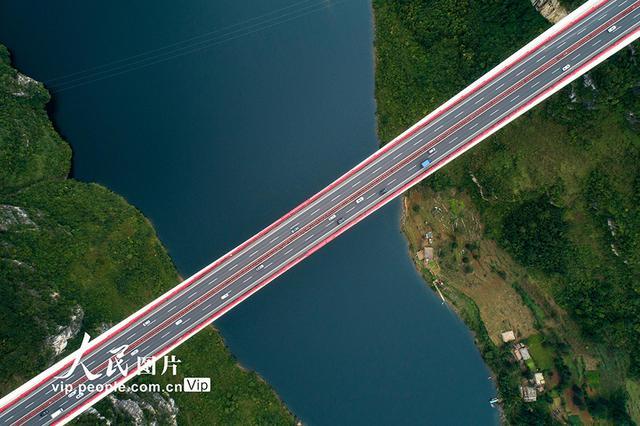 贵黔高速公路鸭池河特大桥迎来返程高峰