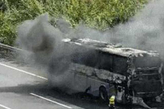 南京绕城高速载52名乘客大客车自燃 幸无人伤亡