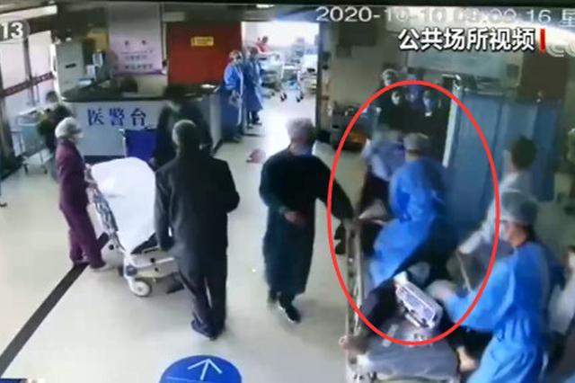 患者心脏骤停 护士爬上担架车紧急施救