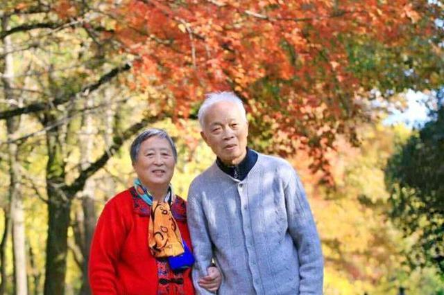 """爱人去世前与她定下""""三年之约"""" 三年后夫妻俩几十年的""""情书""""问世了"""