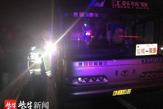 长途客车高速抛锚乘客被困 交警巡逻救助解围