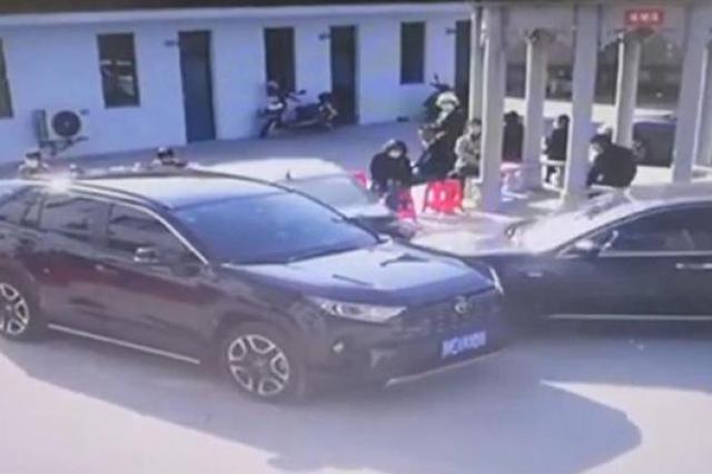 南通海门区某医院内一车辆失控 造成现场多人受伤
