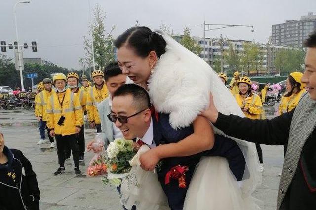 一场特别的婚礼!两个外卖员结婚 来了一大波骑手迎亲