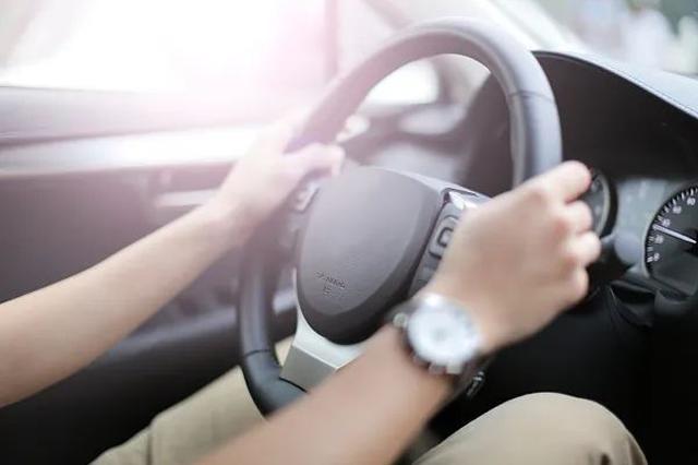 公安部:放宽小型汽车驾驶证申请年龄 取消70周岁年龄上限