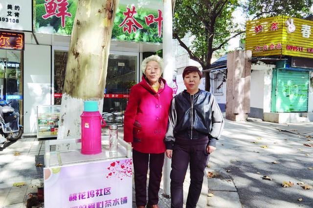"""镇江""""茶水奶奶""""30年免费供茶水 用坏十几个保温桶"""