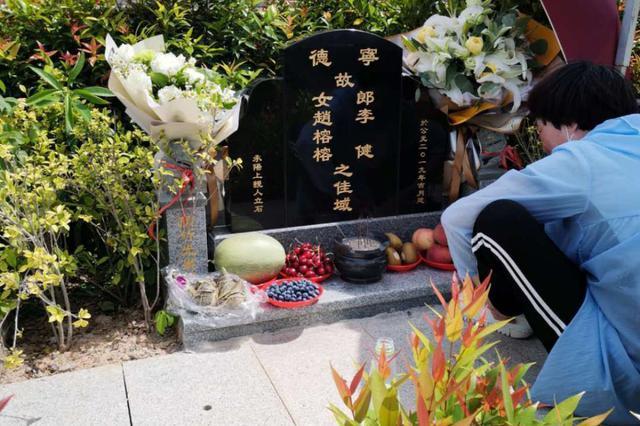 江苏八旬奶奶陪老伴做血透500多次 每次都吹口琴哄他入睡