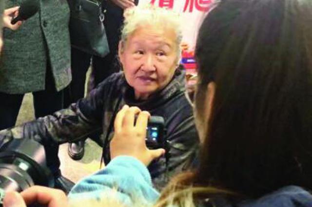 """76岁""""潮奶奶""""报名考驾照 扬州驾考史上最年长考生"""