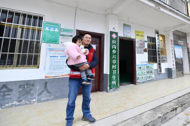 """可爱的乡村——""""奶爸""""书记:带着女儿去扶贫"""