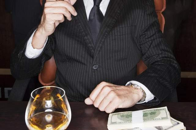 前11月违规吃喝问题近七成涉公款:不吃公款吃老板
