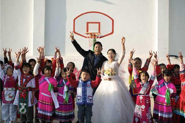 坚守乡村小学38年的他,愿望是与妻子拍张婚纱照
