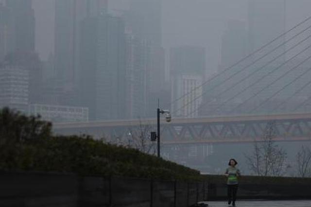 重庆主城被大雾笼罩 空气质量轻度污染