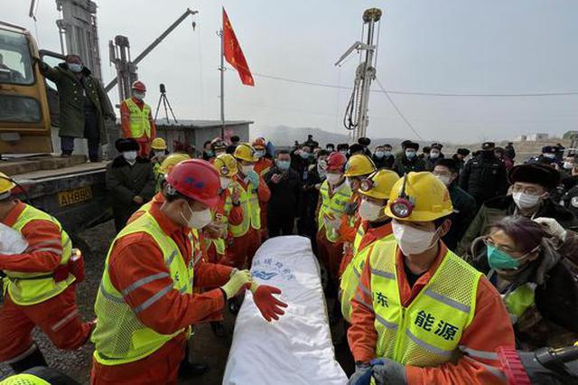 栖霞金矿救援: 11名矿工成功升井 障碍物中现空洞成救援关键