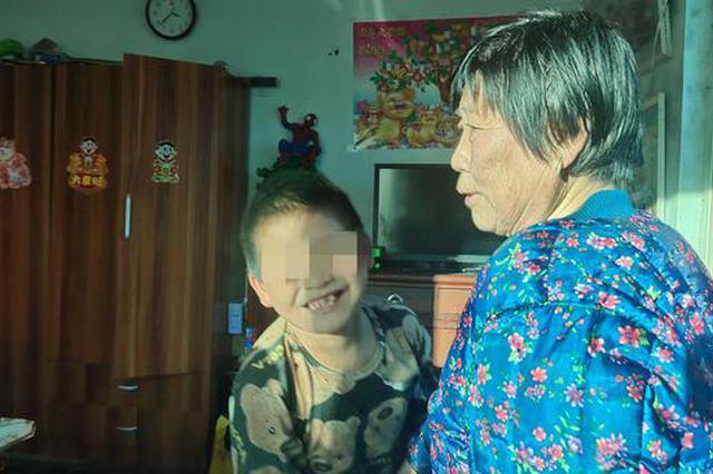 """狱中母亲与""""临时""""奶奶:9岁男童成""""黑户"""" 上学难题待解"""