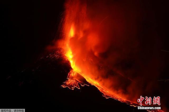 意大利埃特纳火山喷发 滚烫岩浆涌出