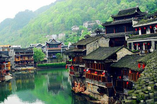 """重庆现社区版""""山路十八弯"""" 居民回家要先爬山"""