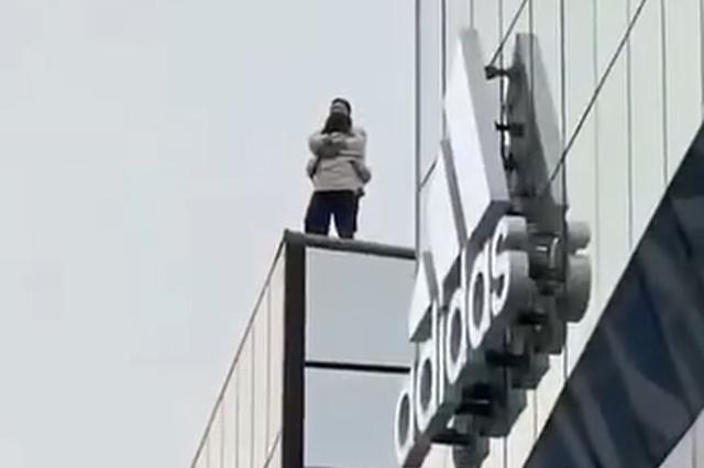 警方:三人撬锁进入三里屯某楼顶拍照被行拘