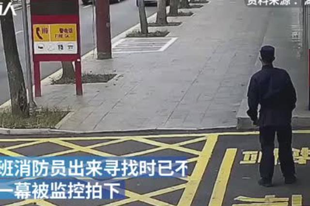 """少年送奶茶消防员回赠练习册,网友笑侃""""恩将仇报"""""""