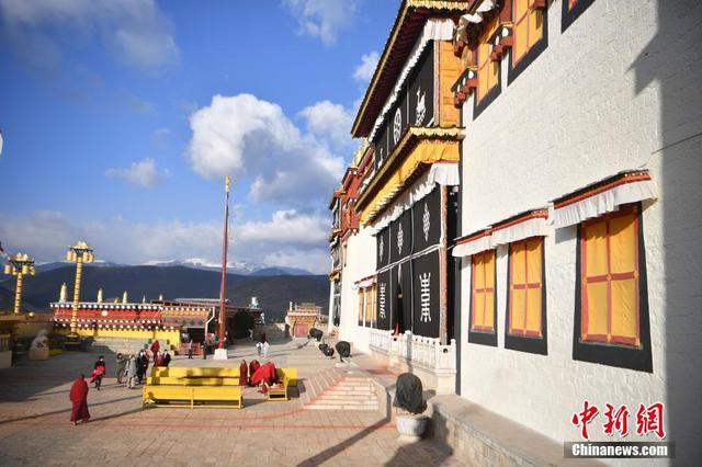 云南香格里拉噶丹松赞林寺吸引游人